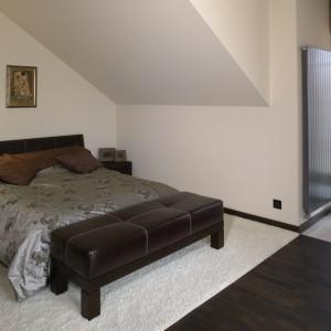 W beżowej sypialni, kolory warto zestawiać na zasadzie kontrastu. Na ciemnej podłodze połóżmy jasny dywan, a na nim ciemne łóżko, stolik nocny lub puf. Projekt: Julita Chrząstek. Fot. Bartosz Jarosz
