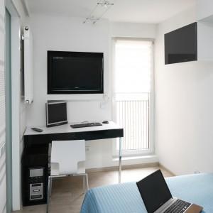 Mała sypialnia często jest również miejscem do pracy. Projekt: Marta Kilan. Fot. Bartosz Jarosz
