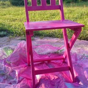 Krzesło należy malować wolno i dokładnie, najlepiej paskami. Dzięki temu na każdej części mebla będzie taka sama ilość farby. Fot. Refreshing