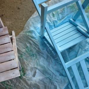 Meble ułóż na dużej folii, która zabezpieczy podłoże przed pryskającą farbą. Fot. Refreshing