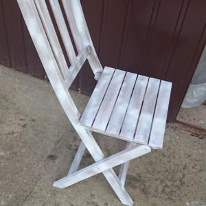 Przed nałożeniem farby krzesła należy oczyścić. Przyda się do tego papier ścierny lub szlifierka. Fot. Refreshing