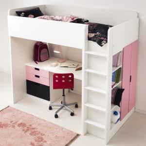 Łóżko na piętrze, miejsce do pracy - na parterze. Fot. IKEA