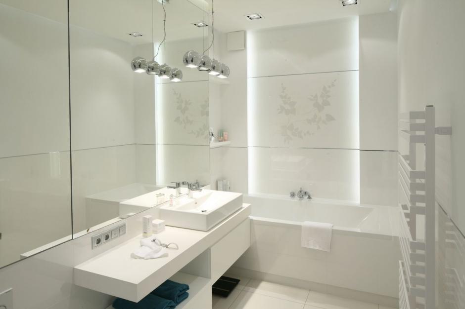 W białej łazience istotnym aspektem jest oświetlenie. Choć kolor biały sam w sobie jest jasny, to dobrze oświetlony nabiera wyjątkowego charakteru. Projekt: Anna Maria Sokołowska. Fot. Bartosz Jarosz