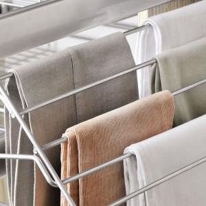 Boczny wieszak na spodnie z oferty firmy Nomet pozwalający na powieszenie jednocześnie kilku par spodni. Można w łatwy i przejrzysty sposób przeglądać garderobę bez burzenia porządku w szafie. System miękkiego domyku gwarantuje cichą i bezpieczną pracę. Fot. Archiwum