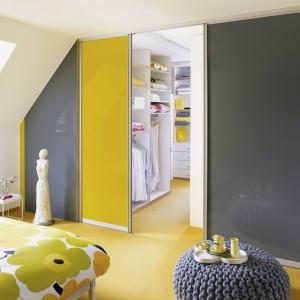 Duet kolorów żółtego z szarym to hit w aranżacji wnętrz. Fot. Raumplus