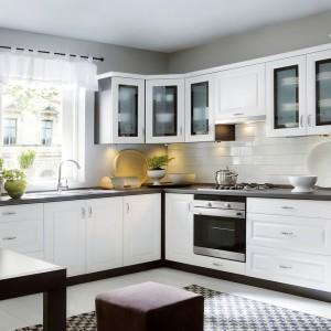 Biała kuchnia dostępna w ramach kolekcji Family. Fot. Black Red White