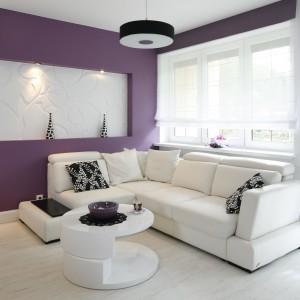 Salon z białą sofą i stolikiem kawowym. Projekt: Joanna Ustroń. Fot. Bartosz Jarosz