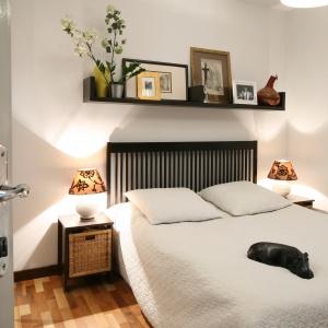 Półka nad łóżkiem to ciekawy element wnętrza. Projekt: Marcin Lewandowicz. Fot. Bartosz Jarosz