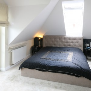 Modny zagłówek jest również idealnym pomysłem do małej sypialni. To wyrazisty element dekoracyjny, który przyciąga wzrok i zdobi ściany sypialni. Projekt: Katarzyna Merta Korzniakow. Fot. Bartosz Jarosz