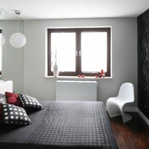 Ściana wykończona szkłem świetnie sprawdzi się w małej sypialni. Projekt: Agnieszka Burzykowska-Walkosz. Fot. Bartosz Jarosz