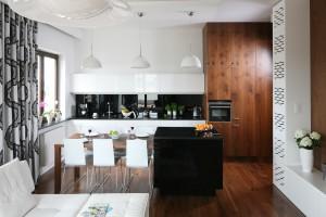 Meble w kuchni. Białe propozycje ocieplone drewnem