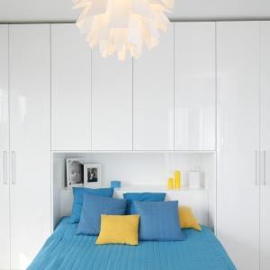 W zabudowie nad łóżkiem znajdzie się miejsce na książki i inne przedmioty. Projekt Katarzyna Uszok-Adamczyk. Fot. Bartosz Jarosz