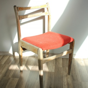 Krzesło znalezione na śmietniku. Całkowicie rozklejona konstrukcja i wyblakły, dawniej ciemny lakier. Choć na pierwszy rzut oka wygląda bardzo źle, nadaje się do odnowienia. Fot. Paweł Machomet