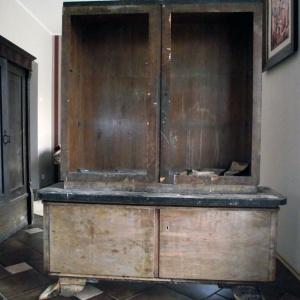 Witrynka z powybijanymi szybami, bez półek i częściowo zerwanym orzechowym fornirem. Renowacja pochłonęła bardzo dużo czasu i...pieniędzy. Fot. Paweł Machomet