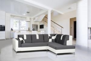Sofa w salonie. Modne modele w szarym kolorze