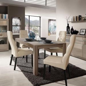 Dębowy dekor stołu Tiziano zachwyca pięknymi rysunkami drewna, zaś cienki blat usytuowany na masywnej nodze sprawia, że jadalnia nabiera nowoczesnego wyglądu. Mebel posiada funkcję rozkładania. Fot.  Meble Forte