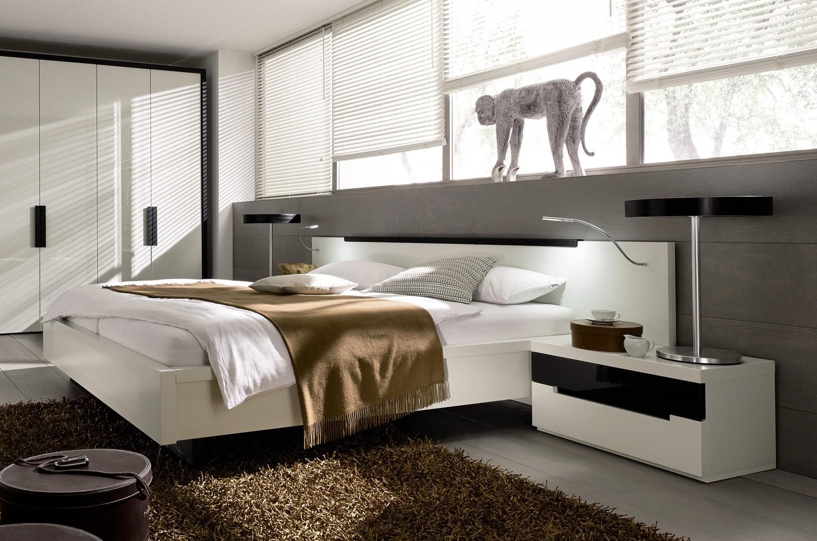 Szafka nocna to bardzo praktyczny mebel, który powinien się znaleźć w każdej sypialni. Fot. Huelsta