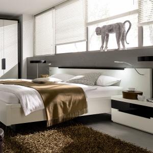 Szafka nocna w nowoczesnej sypialni. Fot. Huelsta