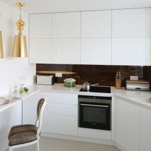 Modnym akcentem w białej kuchni może być kolorowa ściana nad blatem. To doskonały sposób, aby ożywić aranżację kuchni. Projekt: Katarzyna Merta-Korzniakow. Fot. Bartosz Jarosz