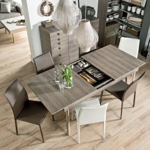 Lori to stół do zadań specjalnych. Dzięki półkom umieszczonym pod rozsuwanym blatem, pozwala przechowywać najpotrzebniejsze rzeczy dosłownie pod ręką. Fot. Meble Vox