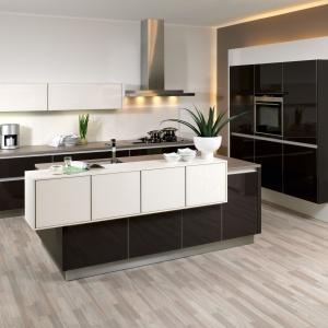 Czarno-biała kuchnia w stylu minimalistycznym. Fot. Brigitte