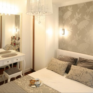 W małej sypialni warto wygospodarować miejsce na niewielką toaletkę. Projekt: Małgorzata Mazur. Fot. Bartosz Jarosz