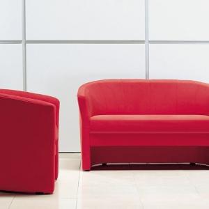 Zestaw Swing tworzą sofa oraz fotel. Wysokie oparcie oraz zgrabna forma mebli sprawia, że świetnie nadają się do pomieszczeń w nowoczesnym stylu. Cena: około 1.150 zł. Fot. Meblar
