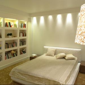 Meblościanka w sypialni może pełnić funkcję biblioteczki. Projekt: Małgorzata Borzyszkowska. Fot. Bartosz Jarosz