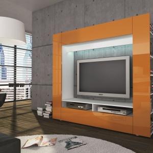 Żółty kolor płyty w regale RTV ożywia szarą ścianę. Fot. MC Akcent