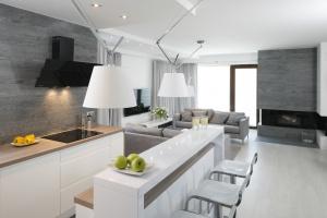 Jak meblują Polacy - zobacz 20 pięknych kuchni otwartych na salon!