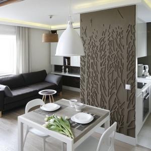 Wnętrze podzielone ścianką z kuchenną zabudową. Projekt: Małgorzata Mazur. Fot. Bartosz Jarosz