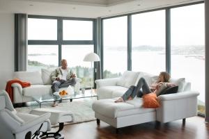 Wypoczynek w salonie. Modne sofy i fotele
