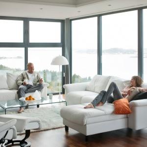 Sofa Stressless wyróżnia się rozłożystą bryłą. Miękkie siedziska oparte na wysokich nóżkach prezentują się stylowo. Fot. Ekornes