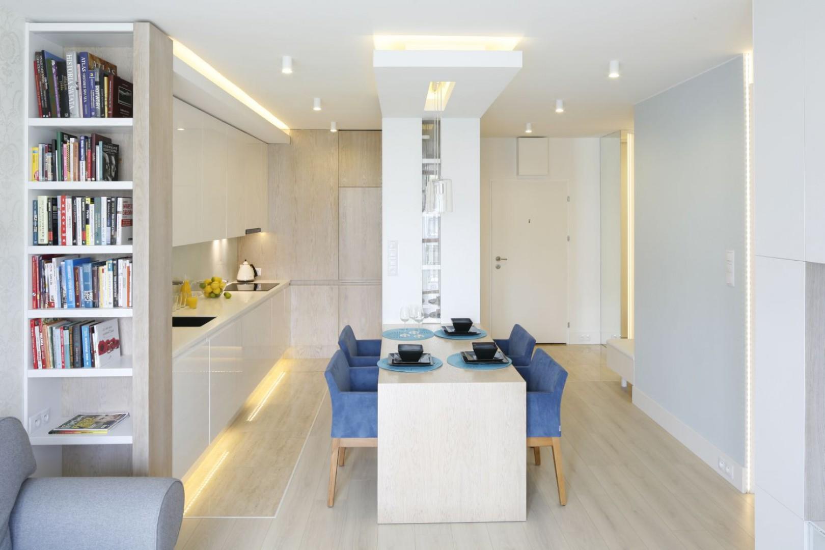 Dzięki takiemu rozwiązaniu mieszkanie wyda się bardziej przestronne. Projekt: Agnieszka Zaremba, Magdalena Kostrzewa-Świątek. Fot. Bartosz Jarosz