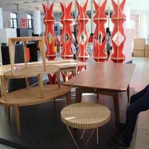 Wystawa stołów marki Swallow's Tail Furniture. Fot. Piotr Sawczuk