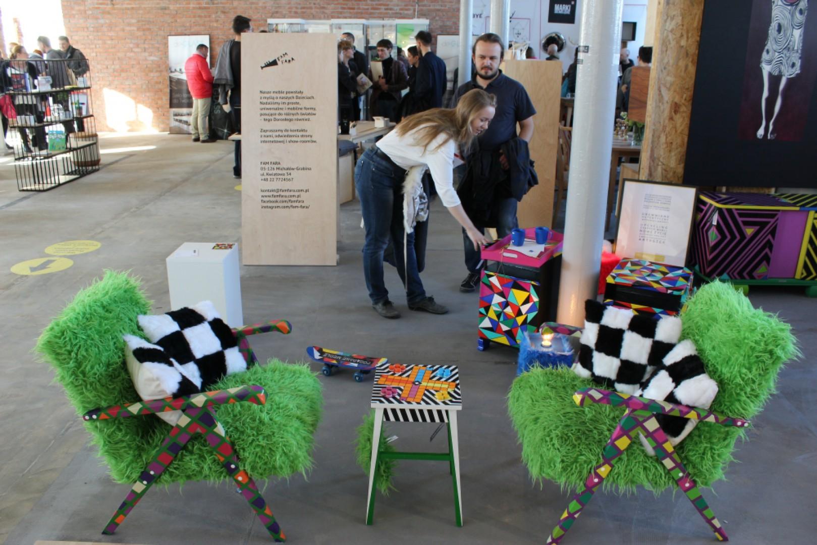 Na wystawach było można zauważyć, iż projektanci szukają źródeł inspiracji w coraz szybciej i nieustannie zmieniającym się świecie. Na zdjęciu zaprezentowane jest stoisko marki Porąbane Meble. Fot. Piotr Sawczuk