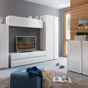 Kolekcja Trixo to modne lakierowane powierzchnie i minimalistyczny kształt brył. Dedykowana jest wnętrzom nowoczesnym. Specjalne frezowania w lakierowanych frontach pozwalają na wygodne manewrowanie szafką. Fot. Black Red White