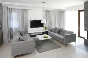 Dwie sofy w salonie - jak zaaranżować kącik wypoczynkowy?