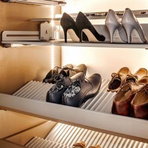 W garderobie możemy również przechowywać buty. szafki dostępne w ramach linii Extendo marki Peka. Fot. Peka