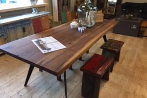 Stół z litego drewna w roli głównej
