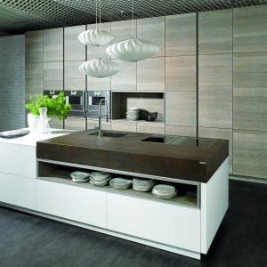 Połączenie bieli z kolorami drewna prezentuje się bardzo elegancko i na czasie. Fot. Alno
