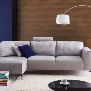 Sofa Calvaro na cienkich, drewnianych nóżkach. Fot. Etap Sofa