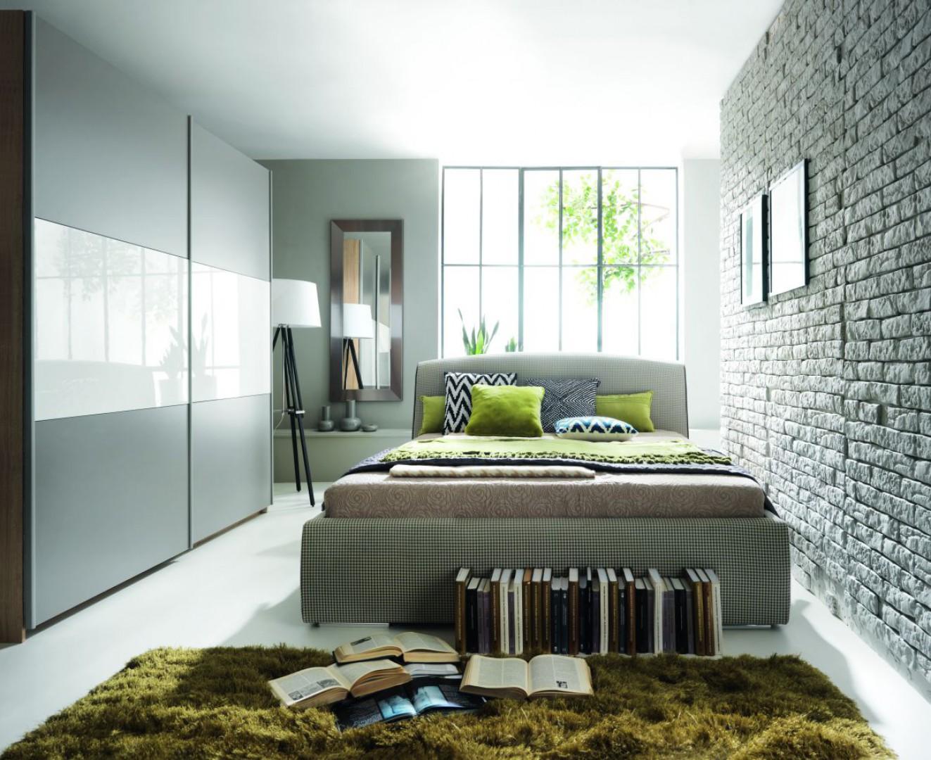 Łóżko tapicerowane Alice dostępne jest w wielu pięknych tkaninach. Na zdjęciu materiał z modnym wzorem pepitki. Fot. Black Red White