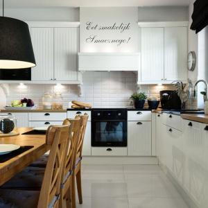 Kuchnia w skandynawskim stylu urozmaicona dodatkami retro. Wnetrze prezentuje się bardzo stylowo i klimatycznie. Projekt: Małgorzata Błaszczak. Fot. Pracownia Mebli Vigo