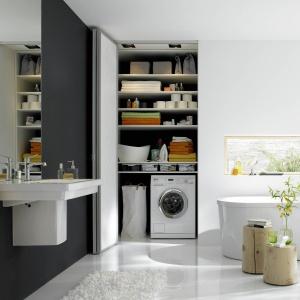 Drzwi składane, oparte na systemie przesuwnym to świetne rozwiązanie do niewielkich łazienek. Fot. Raumplus