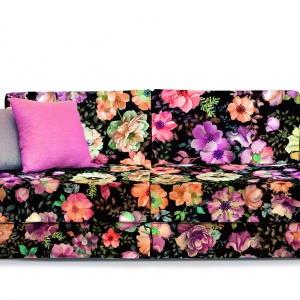 Sofa udekorowana wielobarwnym nadrukiem florystycznym. Wesołe, kolorowe kwiaty oraz dekoracyjne poduchy sprawiają, że to prawdziwa ozdoba wnętrza. Fot. Davis