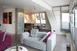 Jak ustawić sofę w salonie - zobacz pomysły projektantów!