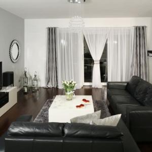 Czarne skórzane sofy to klasyka we wnętrzu. Projekt Magdalena Biały. Fot. Bartosz Jarosz