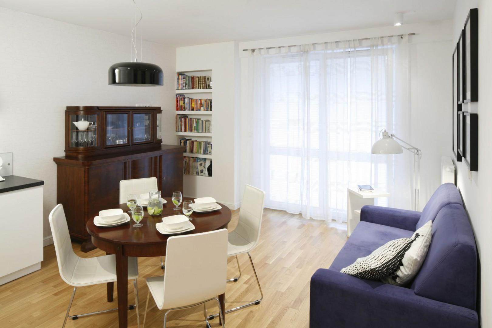 Wnętrze w klasycznym stylu, z okrągłym stołem. Projekt: Ewa Para. Fot. Bartosz Jarosz