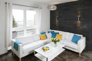 Modny salon. Niebanalne pomysły na białą sofę